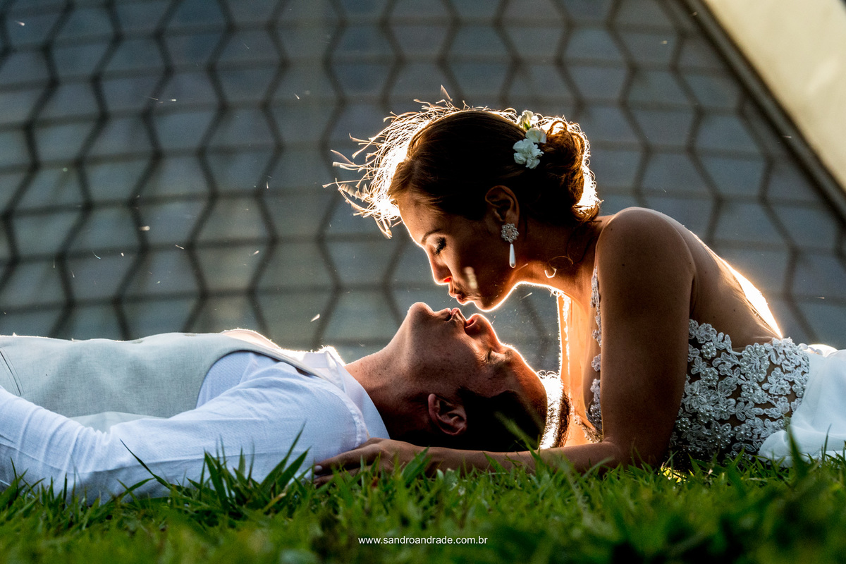 Um beijo em forma de arte, Sandro Andrade fotografo de casamento no DF registra esse casal com uma bela luz de composição e a catedral de fundo.