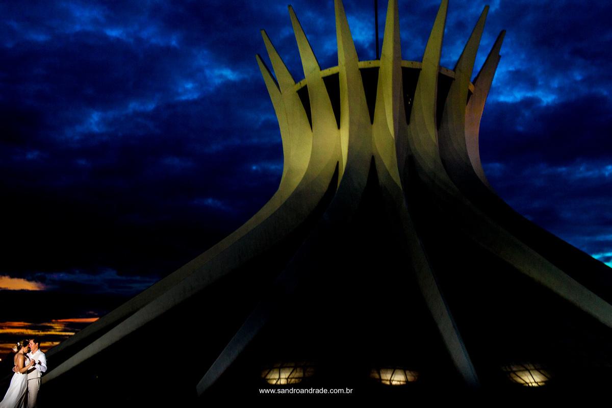 Em BSB, uma bela historia de amor, contada pela arte e lentes de Sandro Andrade, em um belissimo ensaio pós casamento na Catedral Metropolitana de Brasilia - DF