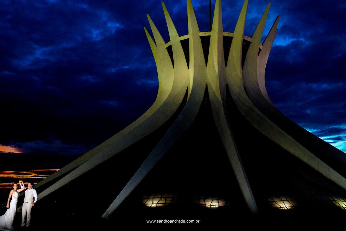 Se amando, eles dançam para encerrar este ensaio romantico na catedral feito pelo fotografo Sandro Andrade, fotografos de casamento em Brasilia.