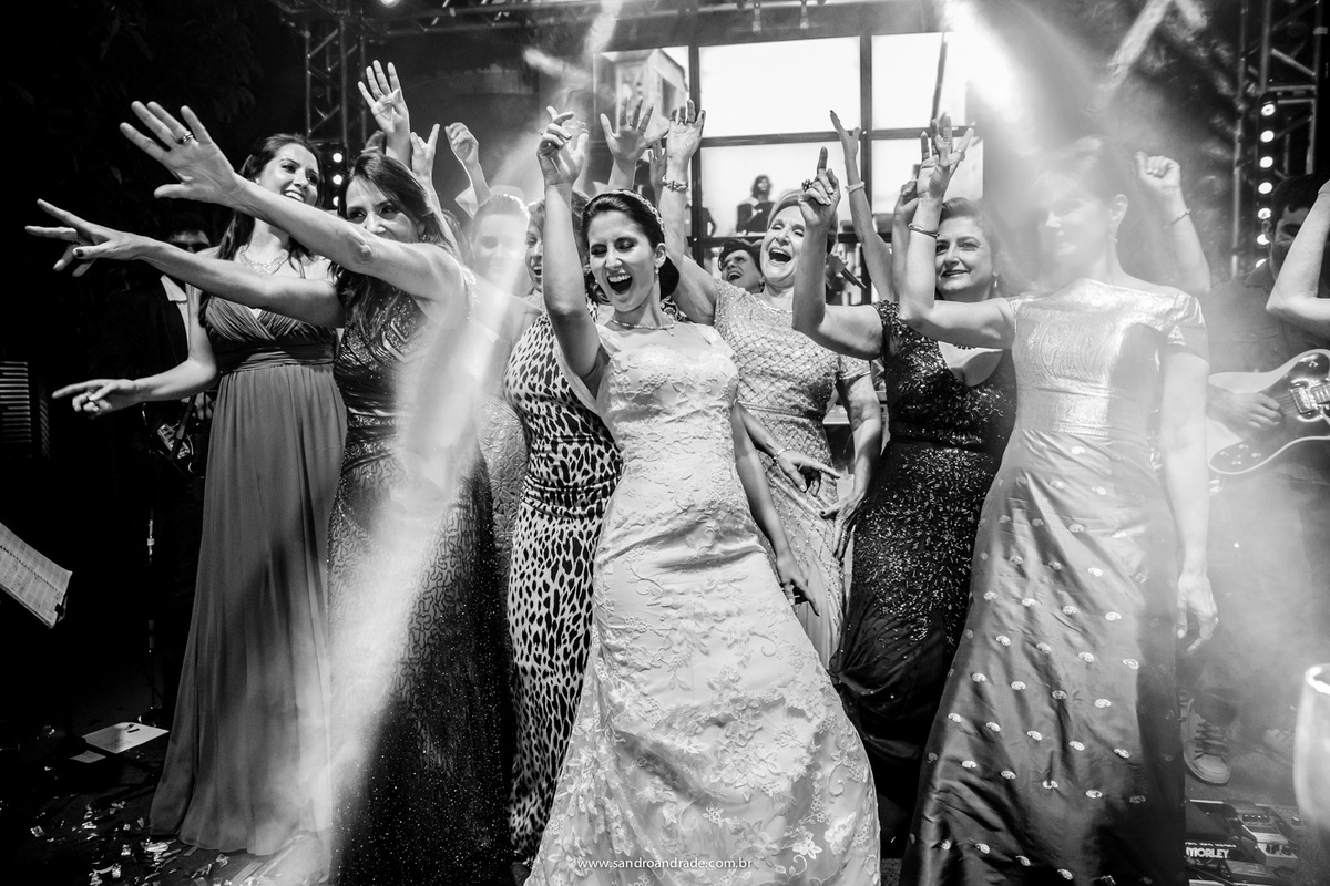 Dançando e fazendo coreografias ela comemora com as amigas e sogra