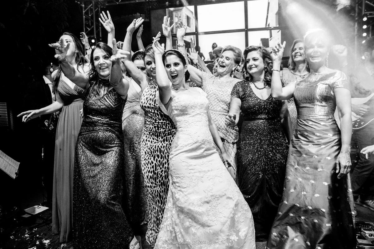 Mulheres lindas e felizes brindando a felicidade dos noivos