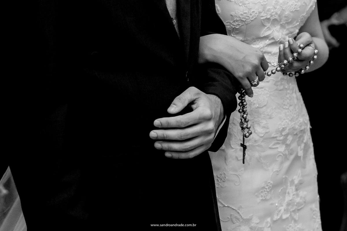 Detalhe das mãos dos noivos durante a cerimonia ela permanece segurando o terço.