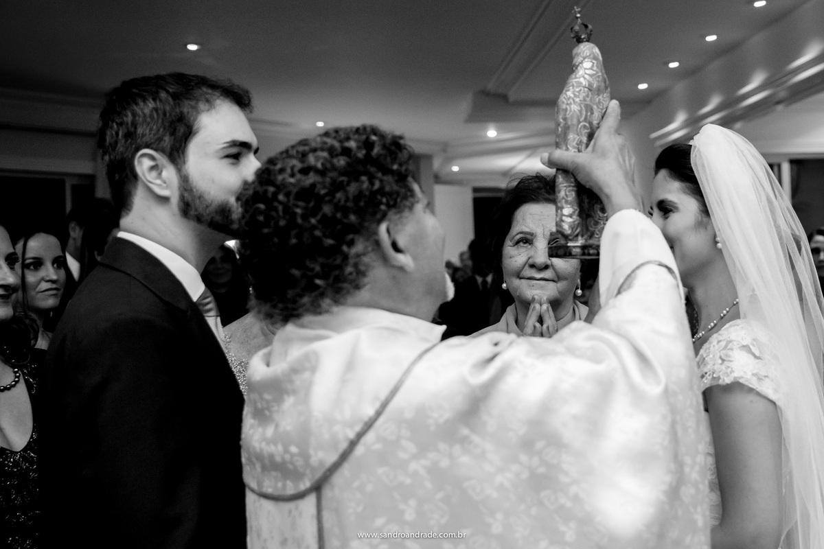 Momento de entrega das alianças feita pela avó do noivo com as alianças aos pés da imagem de nossa senhora