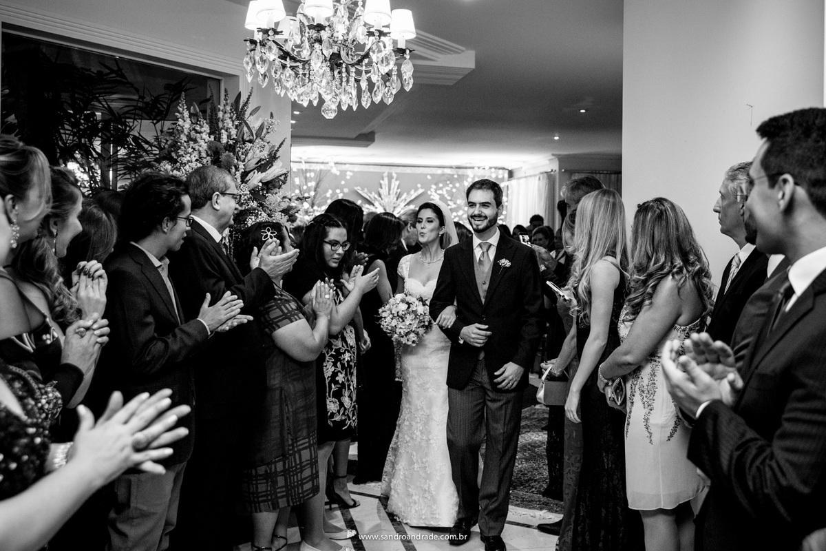 Saindo com palmas, convidados felizes e a noiva manda um beijo