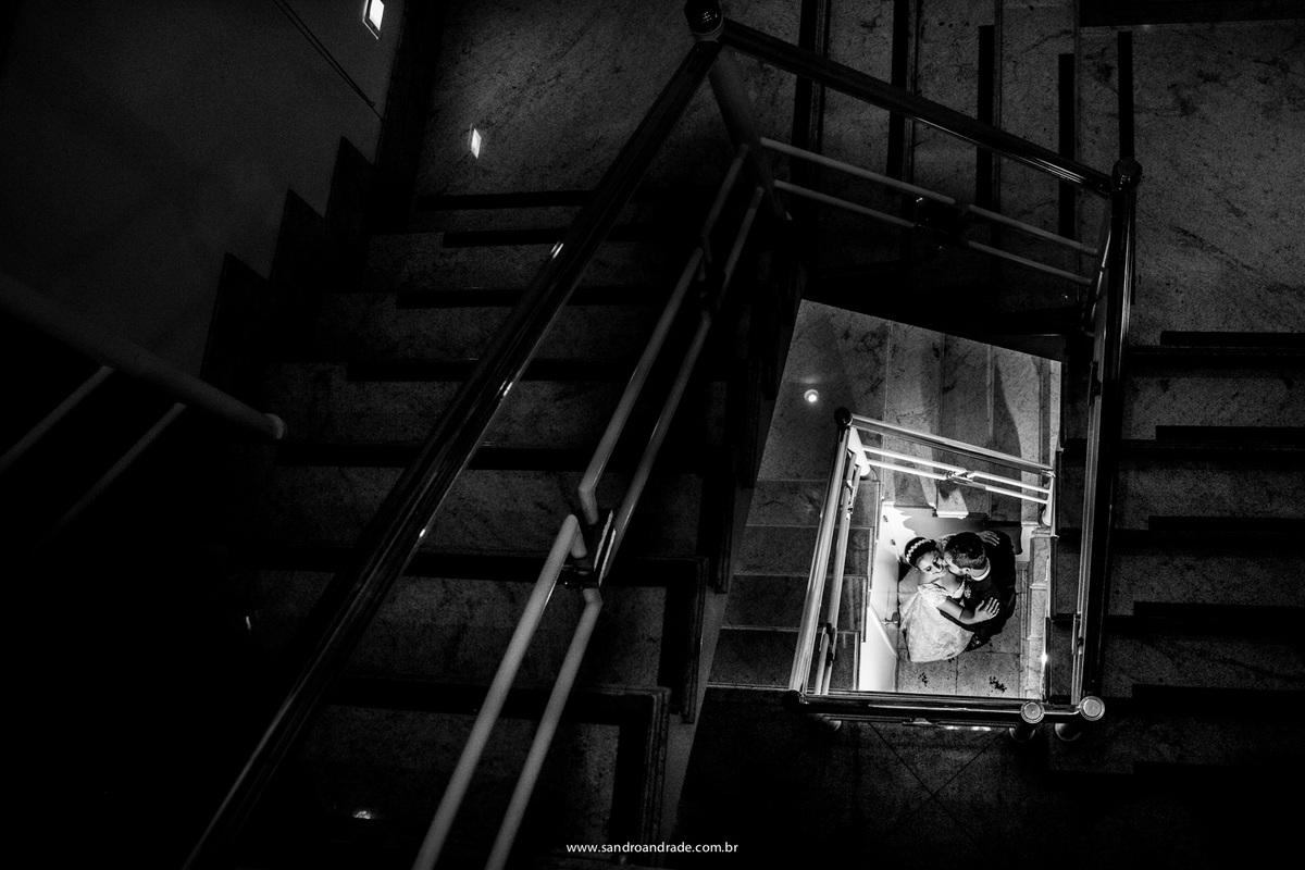 Dentro da casa dos pais do noivo onde foi o casamento, o fotografo Sandro Andrade compoe uma belissima fotografia em preto e branco com as escadarias da casa.