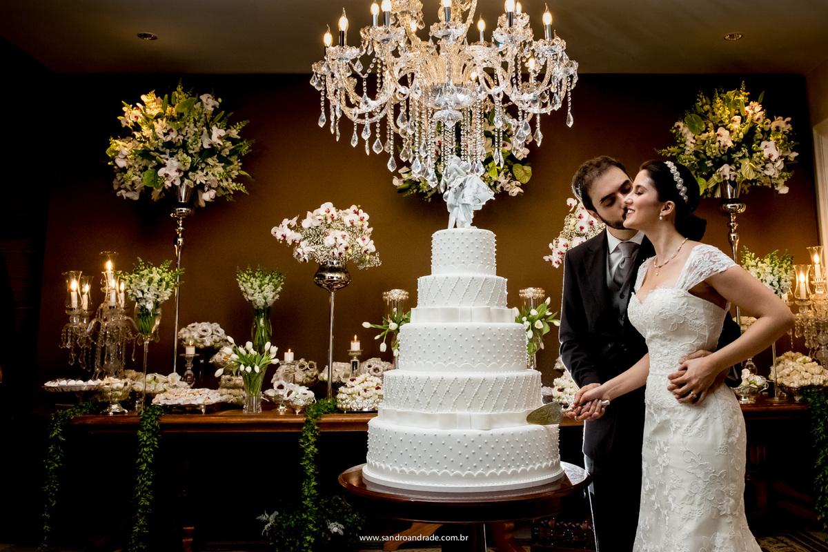 Um beijo cheio de ternura junto com o corte do bolo.