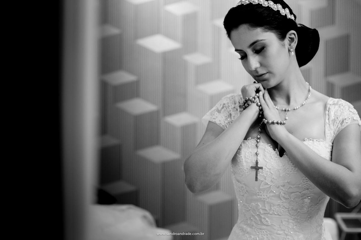 Um momento de oração e agradecimento da noiva, pelo casamento que virá, pronta e linda ela agradece a DEUS