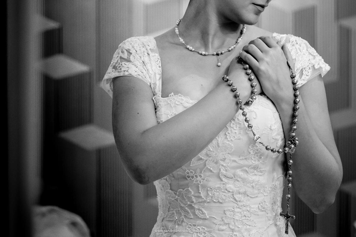 Detalhes, terço, vestido de noiva, a noiva e uma linda oração