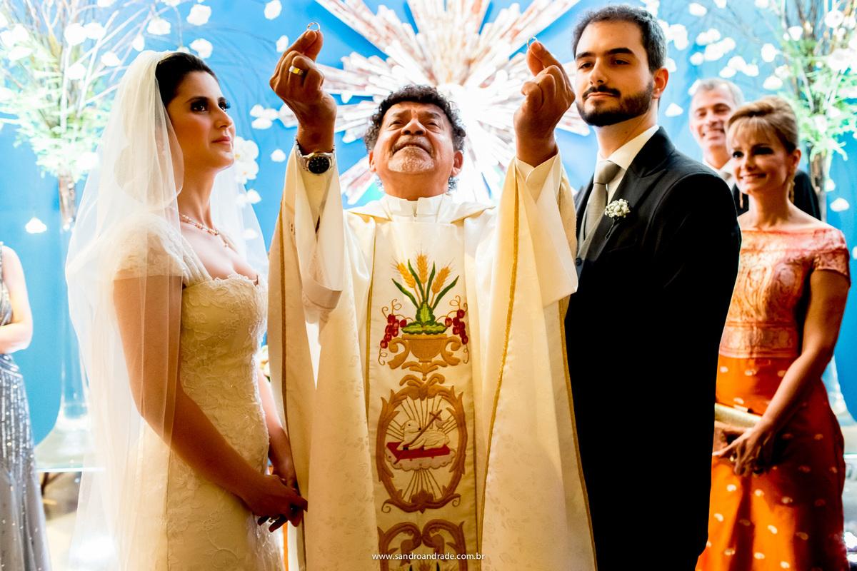 bençao das alianças, noivos, pais do noivo, padre com as alianças e uma belissima imagem do Espirito Santo
