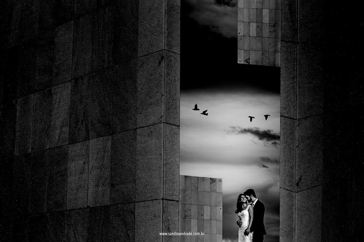 Esta fotografia é um belo preto e branco artistico, uma linda fotografia do casal com uma belissima composiçao em dupla exposiçao no pantão da pátria e lindas aves no céu, um lindo casal e que me rendeu uma premiação nesta linda fotografia.
