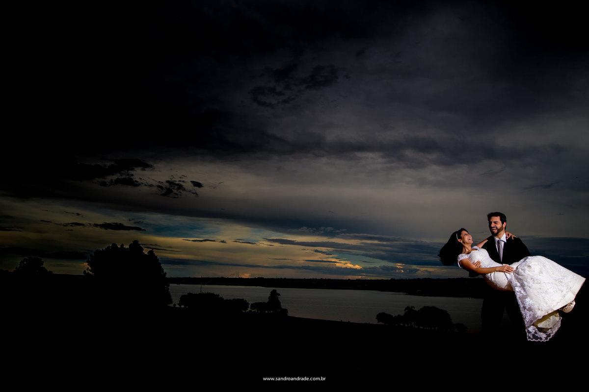 Rodopeando de alegria e felicidade eles dançam, o noivo com sua amada nos braços.