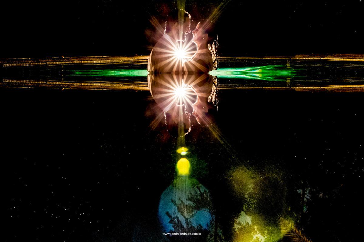 retrato dos noivos dentro da piscina, uma luz de contra e um belissimo flair
