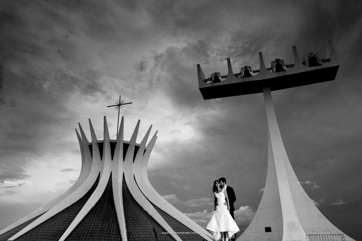 Encantados e apaixonados eles posam para foto na frente da Catedral de Brasil e os sinos.