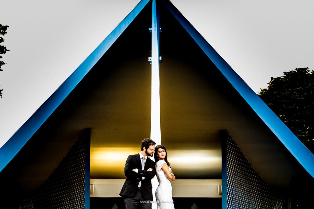 Na frente da igreja eles fazem pose descontraida de capa de filme, Sr e Sra Silvestre