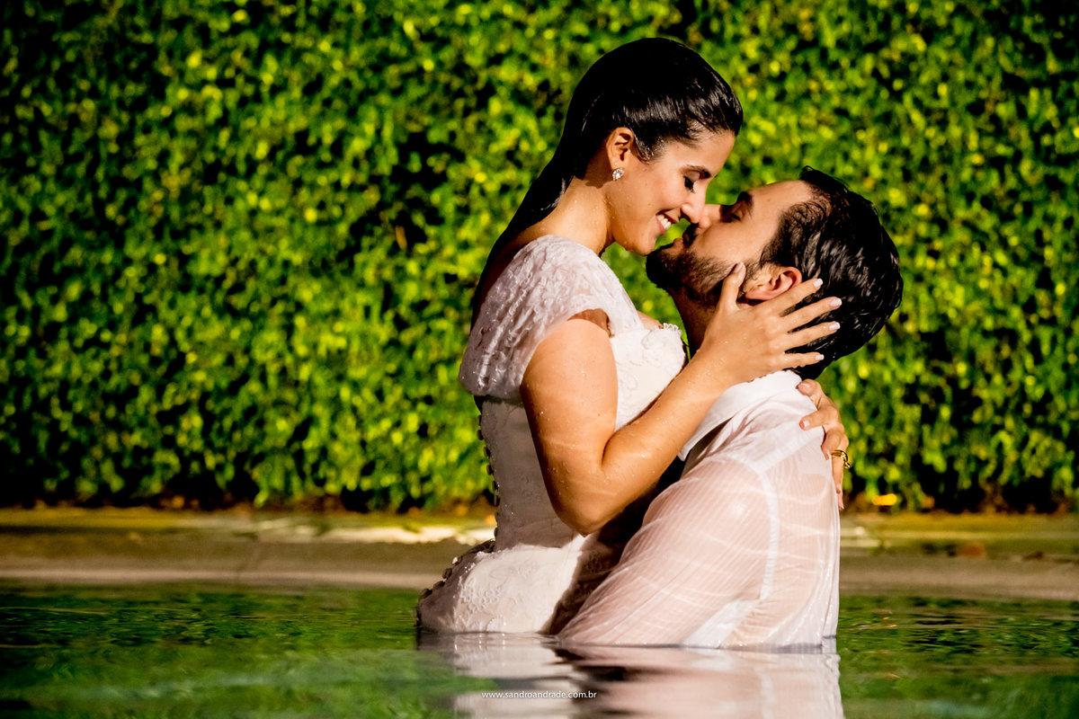 Fotografia romantica do casal. Beija-me o meu amado com os beijos da tua boca, pois seus afagos são melhores do que o vinho mais nobre. Canticos 1:2