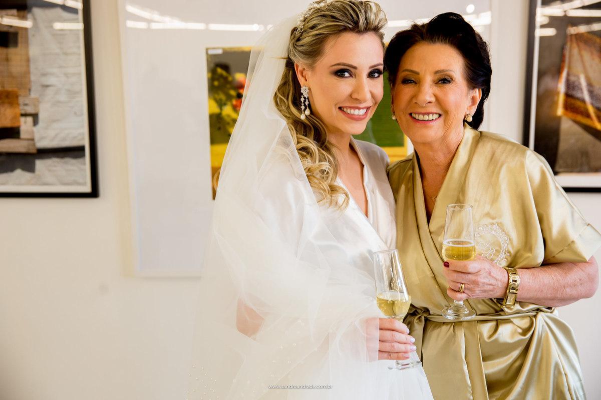 A noiva e sua mãe, lindas, brindam pela chegada do grande dia no salão Ricardo Maia, produzidas por ele.