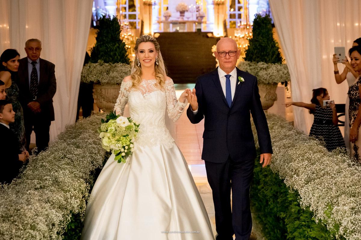 Isabela, noiva linda ao lado de seu, já a caminho do altar.
