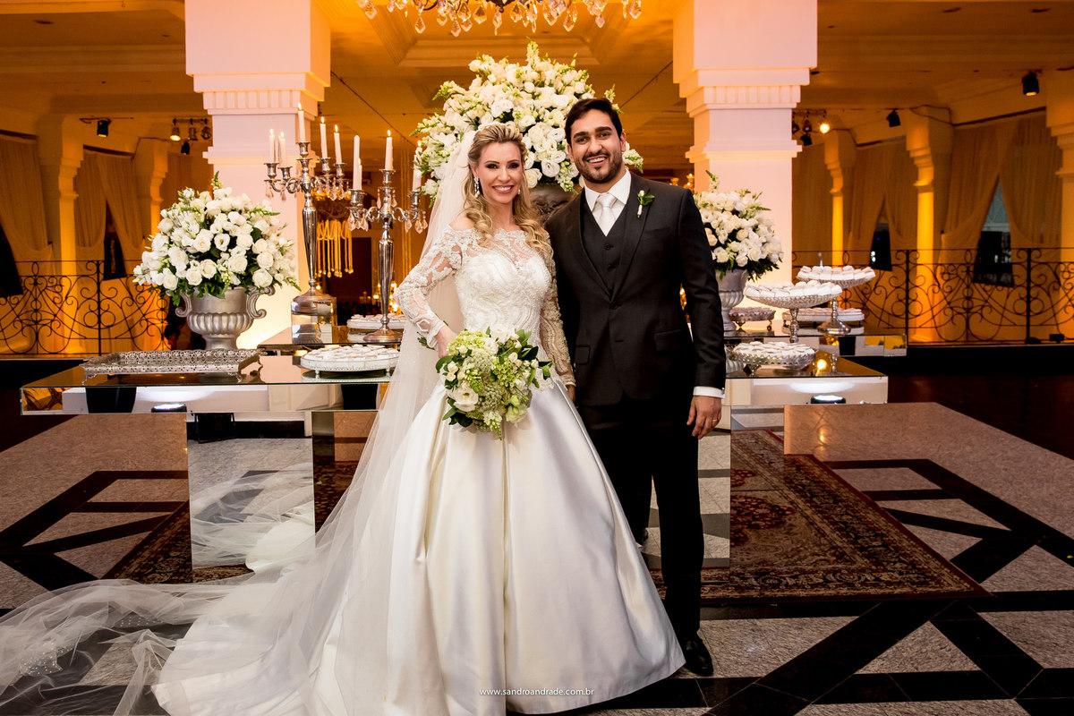 Lindos, eles posam para fotos na mesa de entrada da festa, juntamente com uma belissima decoração do espaço da corte.