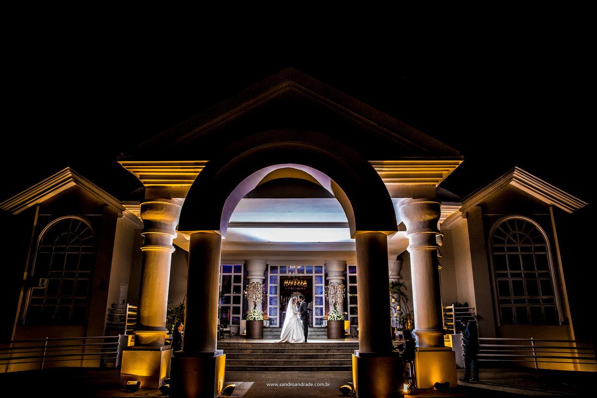 Na frente da lindissima casa de eventos espaço da corte os noivos posam para as fotografias criativas com jogo de luz do maravilhoso fotógrafo de casamentos de BSB Sandro Andrade