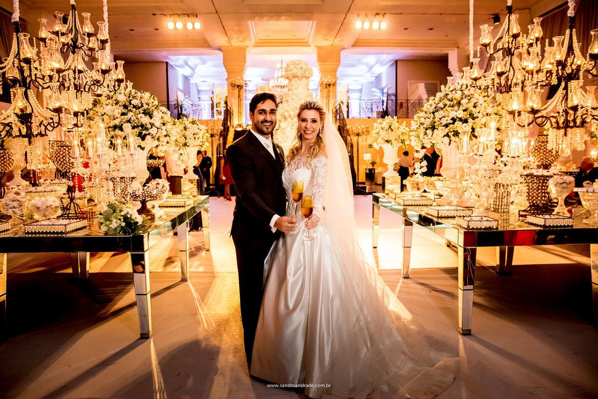 Lindos eles brindam a uma nova vida, a dois, tudo de muito bom gosto, decoração linda, noivos lindos e bem vestidos, espaço lindo.