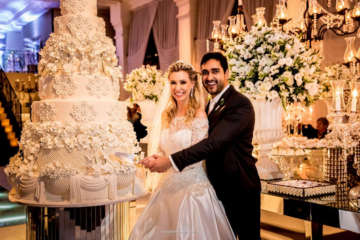 Corte do bolo, linda maquete, felizes eles fazem uma linda fotografia tradicional.