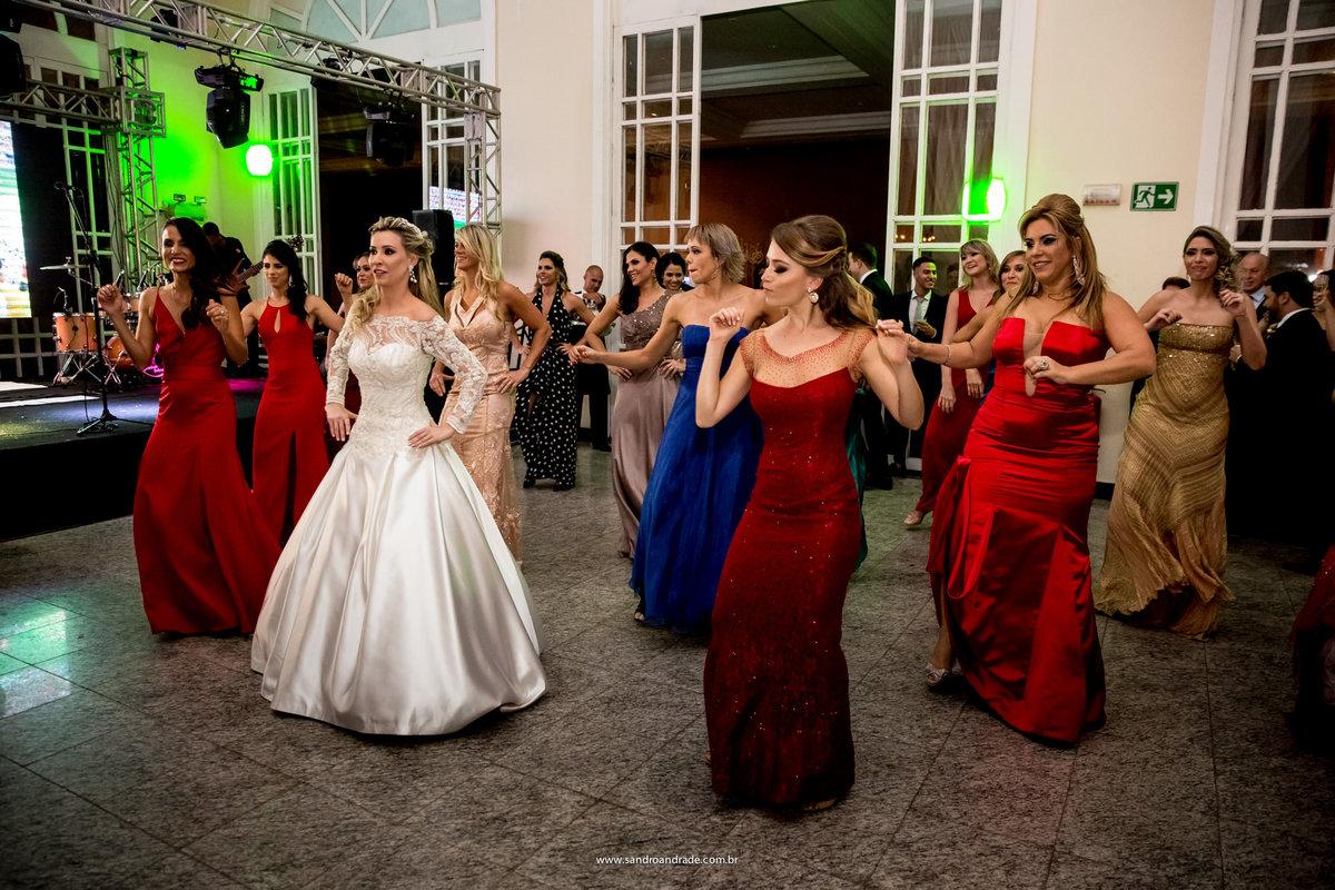 E assim começa a festa, ela e suas amigas dançando para os convidados, mas especialmente para seu amor.