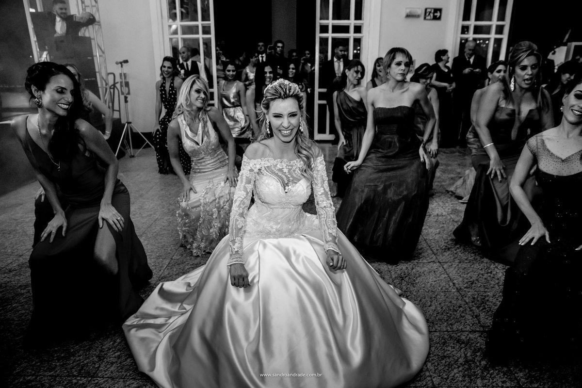 Feliz é a espressão desta noiva, enquanto dança com as amigas ela se diverte.