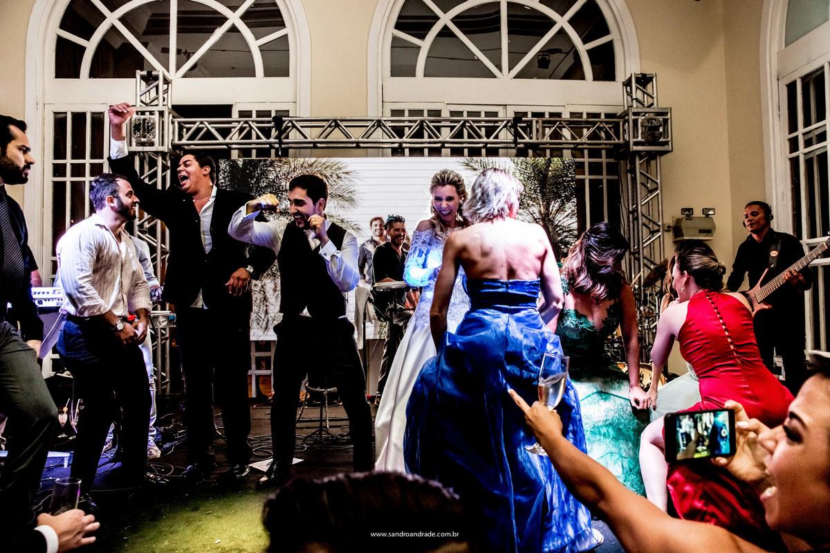 Assim termina este album do casamento de Isabella e Bruno, no palco ele dançando com os amigos e ela com as amigas, com empolgação total eles invadiram o palco da banda.