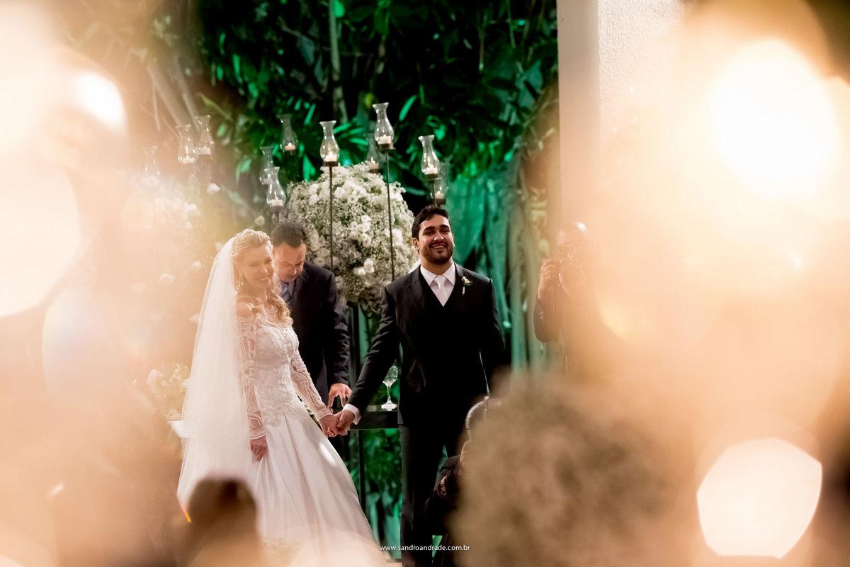 Os noivos felizes aguardam a entrada das alianças.