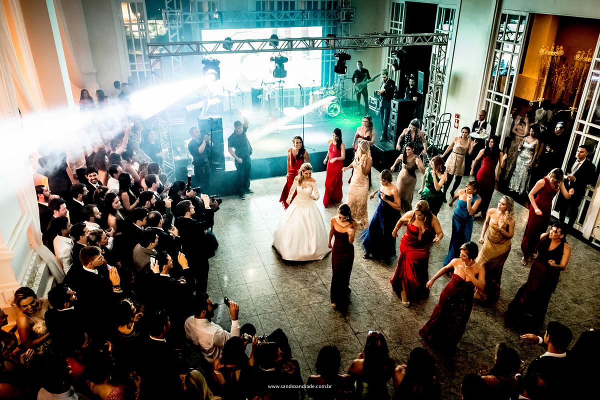 Uma fotografia do alto feita pelo fotógrafo de casamentos em Brasilia, Df, BSB, Sandro Andrade faz as fotos desta festa animada.