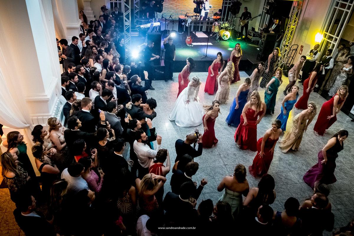 Junto com as amigas ela vai até o chão, fotografia feita feita do segundo piso no espaço da corte.