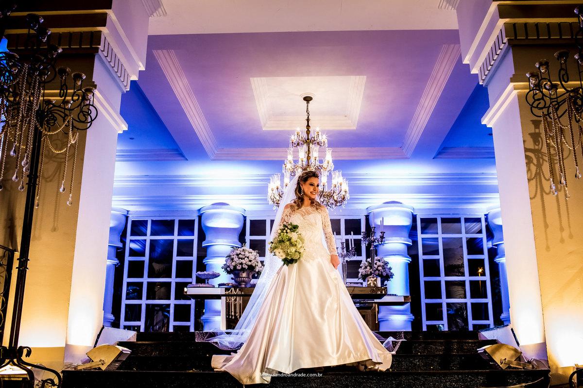 Ela esta toda linda em um lindo vestido de noiva, na lindissima festa e decoração de seu casamento.