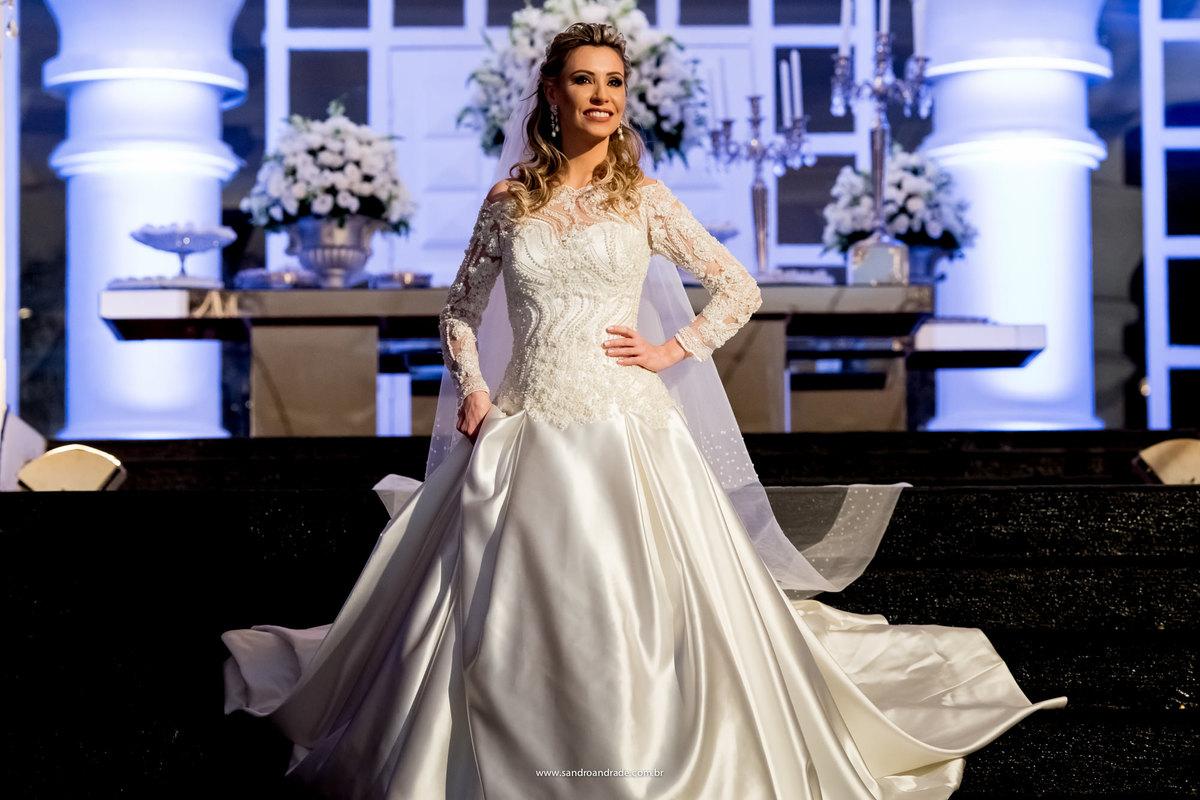 Decoração linda, noiva linda em um vestido Fernando Peixoto, digna de capa de revista.