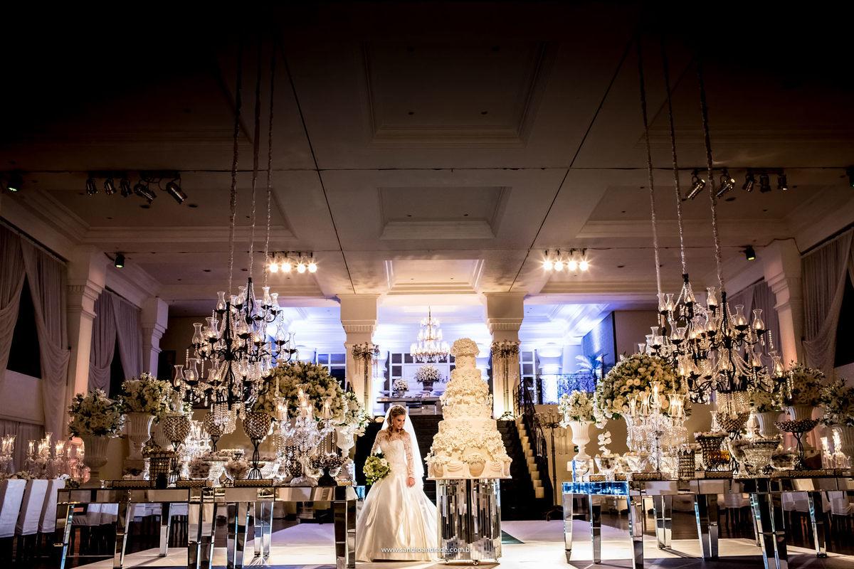Na majestosa casa de festa Espaço da Corte, a noiva posa para fotos antes da chegada dos convidados.