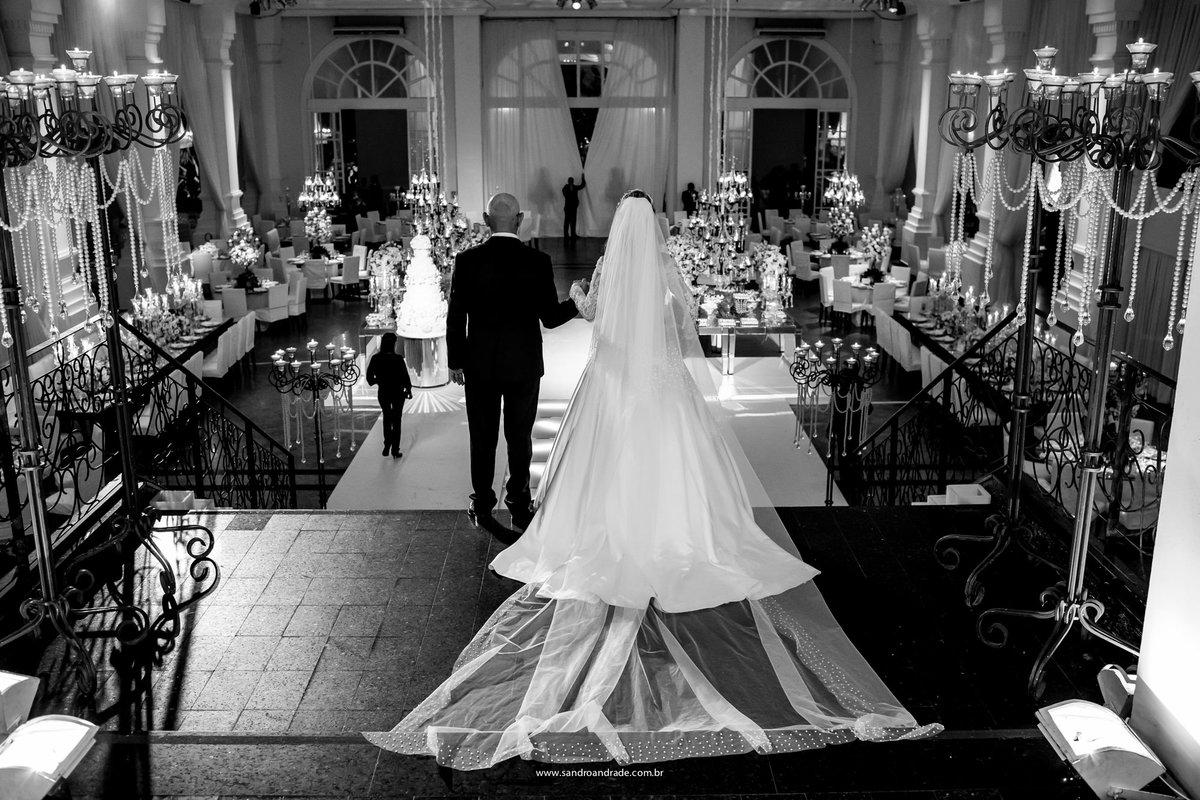 Linda fotografia preto e branco, a noiva se prepara para entrar com seu pai, linda linda, fotografia de Sandro Andrade fotógrafo de casamento DF.
