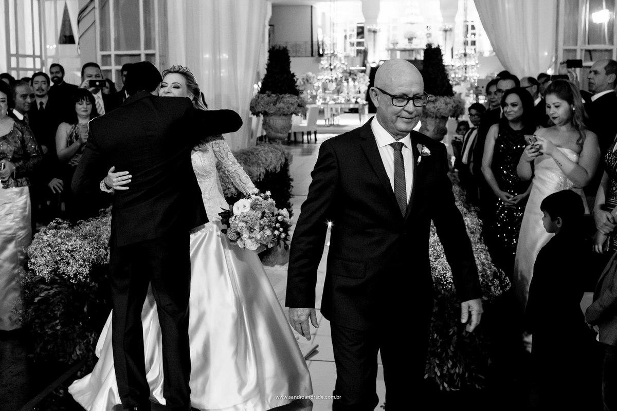 E o Bruno recebe sua linda noiva com um beijo e um abraço.