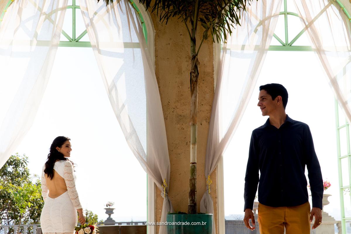 Apaixonada ela olha para seu amado, ele a frente dela.