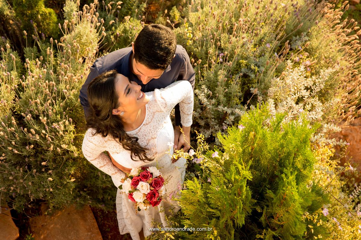 Enamorados e encantados com a vida a dois, esse maravilhoso casal se entrega ao momento das fotos, fotografia unica e bem apaixonada.