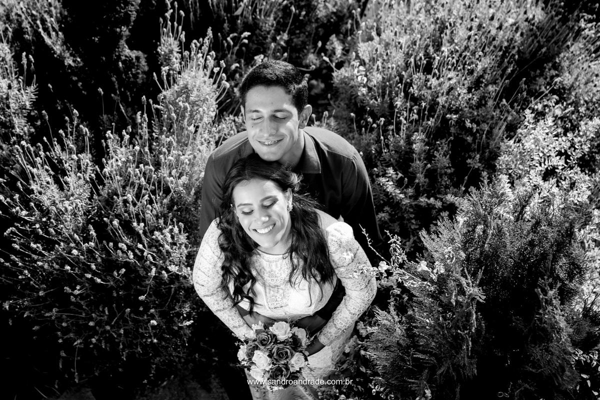 Se abraçando eles entram no meio dos matos para fazer esta belissima fotografia preto e branco.