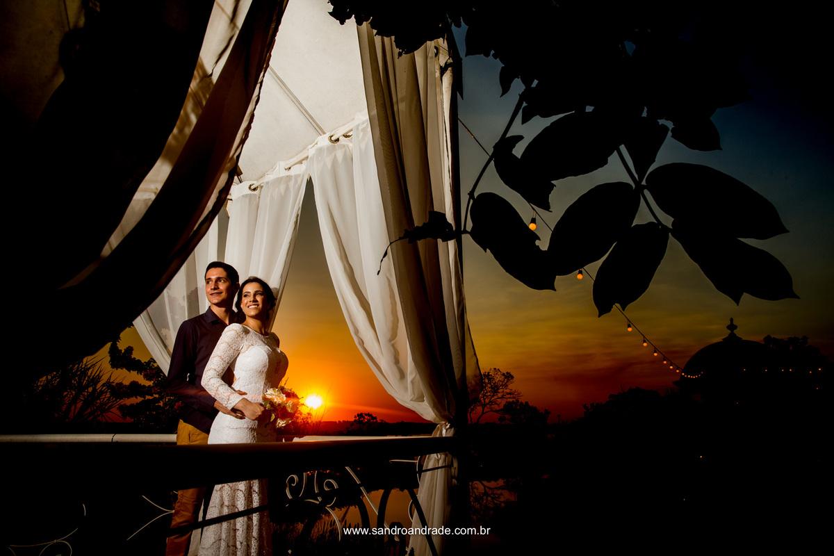 No coreto da Villa eles olham para a belissima luz que ilumina seus rostos de fundo um por do sol exuberante.