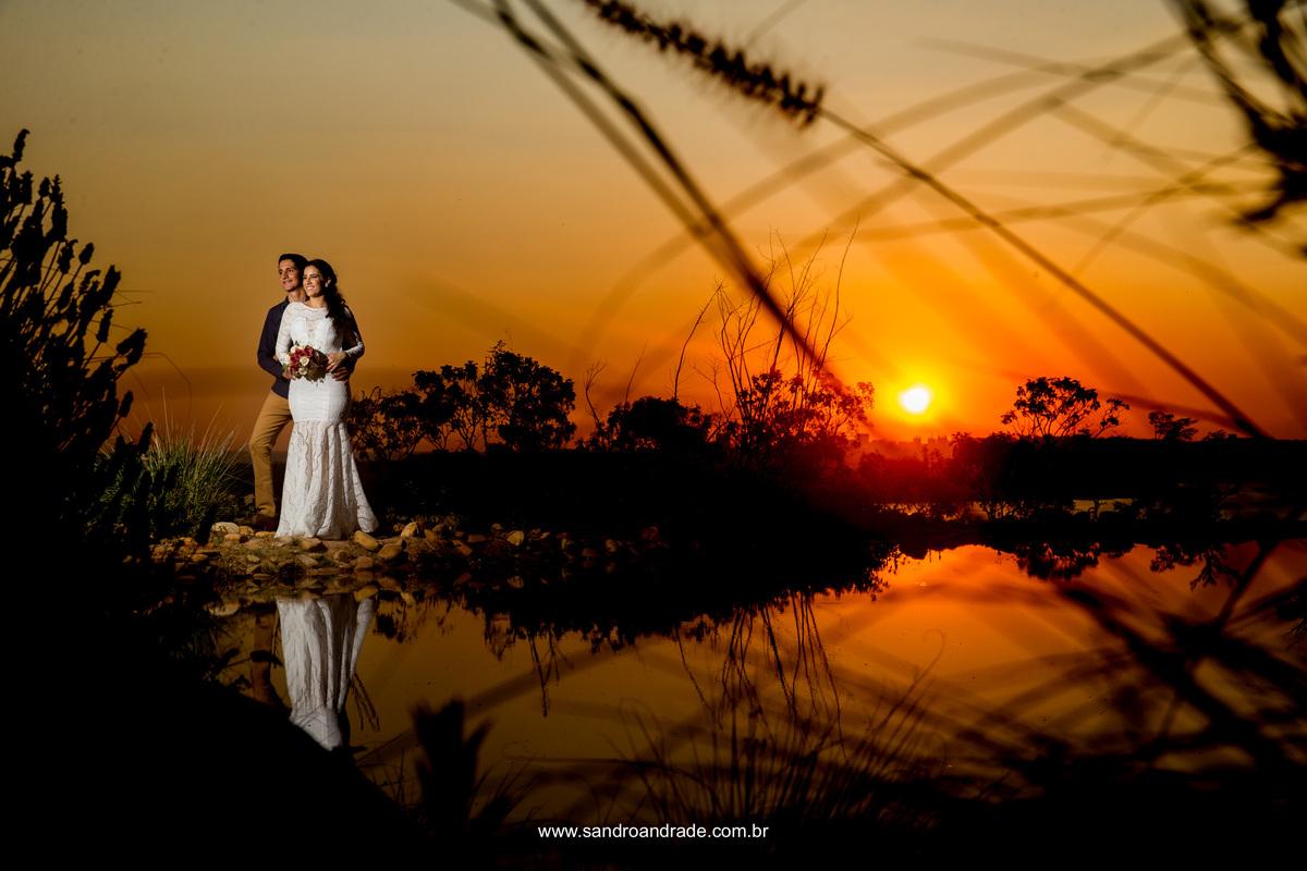 Linda fotografia de por do sol, do casal a beira do lago da villa giardini.