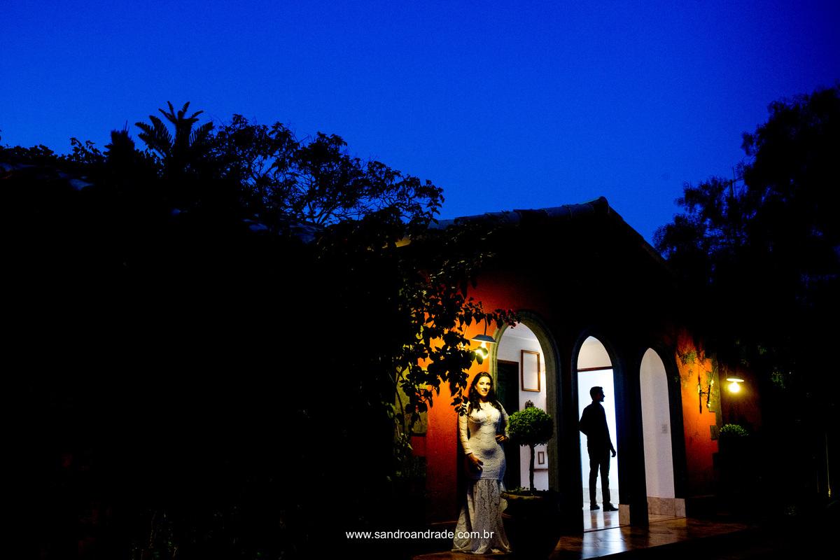 os noivos na villa giardini, em uma fotografia inusitada e muito criativa do fotografo Sandro Andrade.