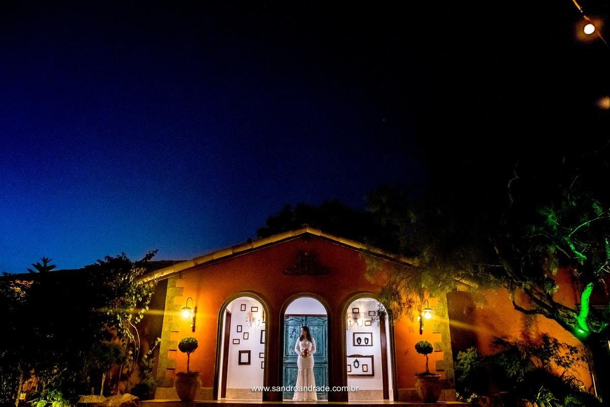 Composição perfeita, anoitecer, céu azul, Villa Giardini, uma noiva e uma foptografia maravilhosa de Sandro Andrade fotografo profissional em brasilia - bsb - df.