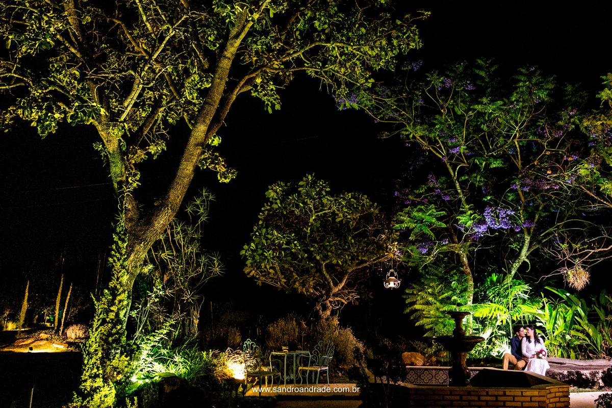 Sentados na pracinha da villa, o casal e um belissimo projeto de jardinagem.