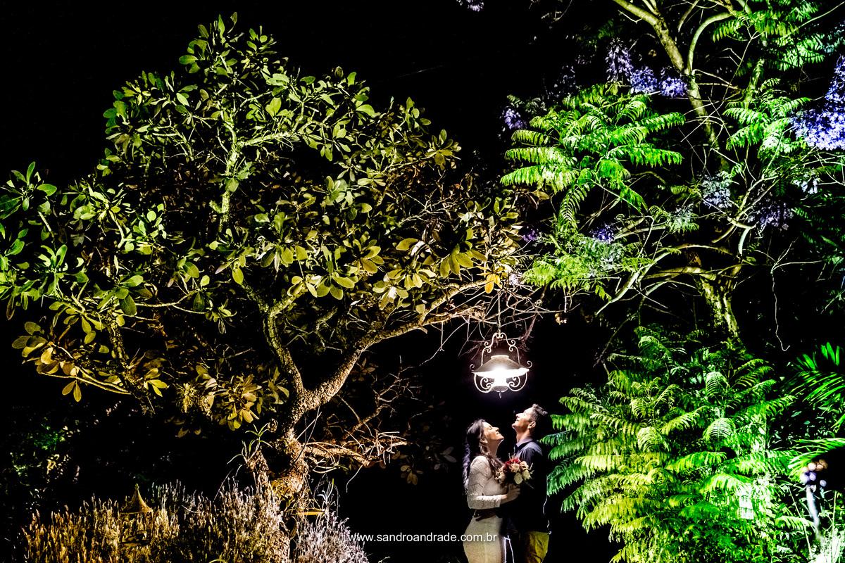 Posicionados em baixo do poste de luz da pracinha, de frente um para o outro, olhando para cima para a luz encaixar, Sandro Andrade fotografo de casamento brasilia finaliza esse ensaio maravilhoso de Jessica e Leoni.