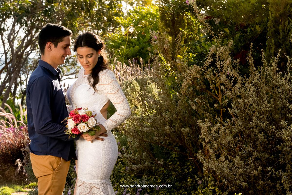 Retrato dos noivos. Retrato significa que é uma fotografia mais próxima, pegando mais o rosto do casal, uma fotografia simples, mas única com uma exuberante luz natural, a luz de Deus.