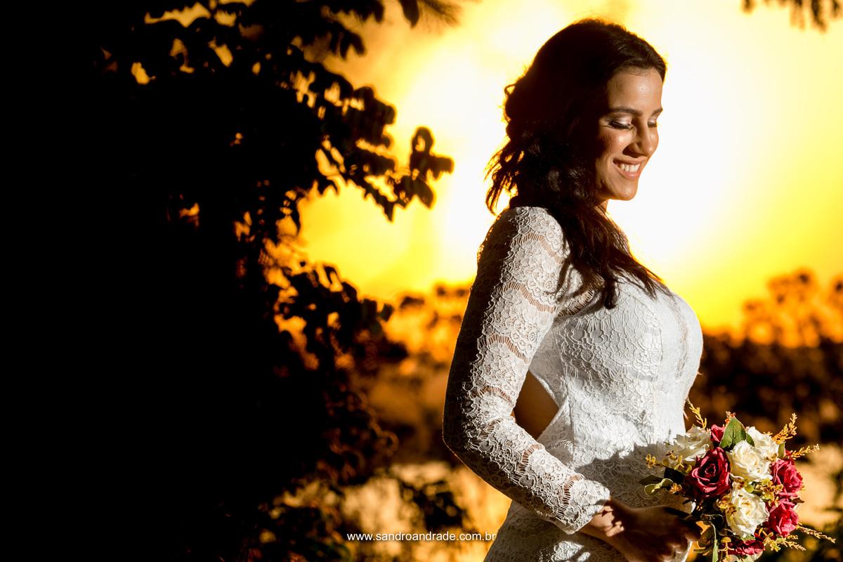 Retrato da noiva, linda fotografia aproximada, colorida, com o por do sol, um lindo buque e uma noiva linda.