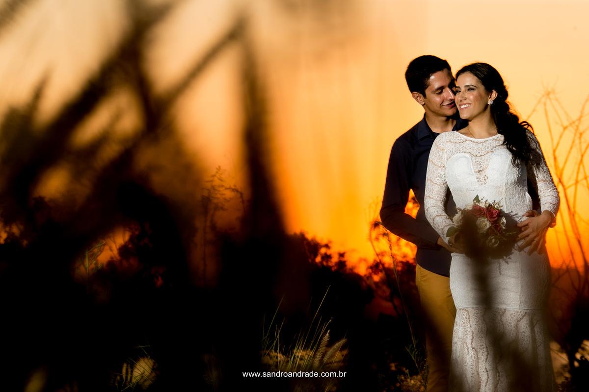 Um retrato muito bonito do casal com um lindo céu em tons de amarelo e laranja.