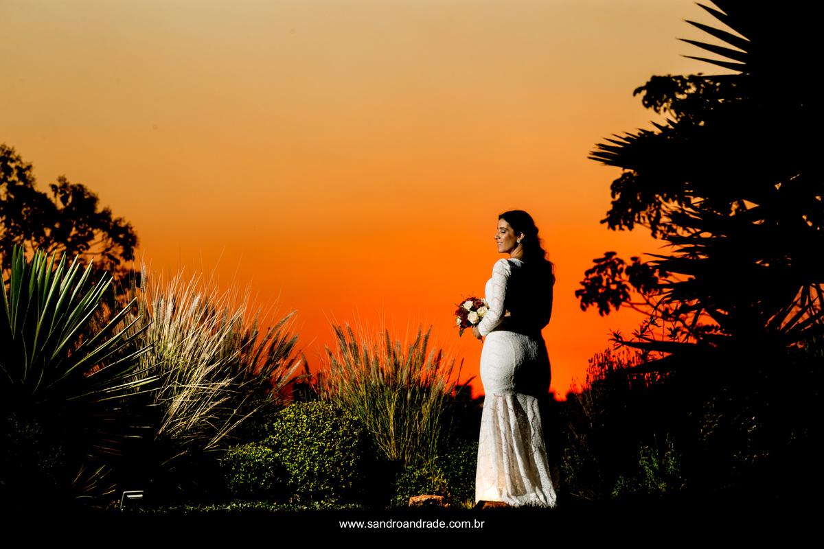 Imagem linda da noiva de costas com um lindo céu.