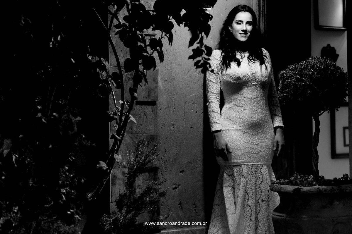 Linda foto da noiva em preto e branco.